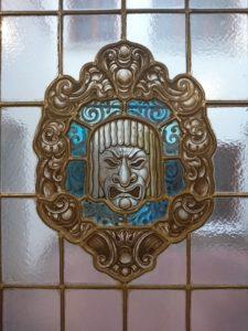 Máscara teatral en cristalera